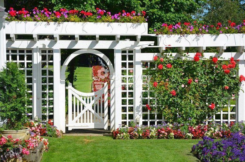 Декоративные заборы для сада из различных материалов