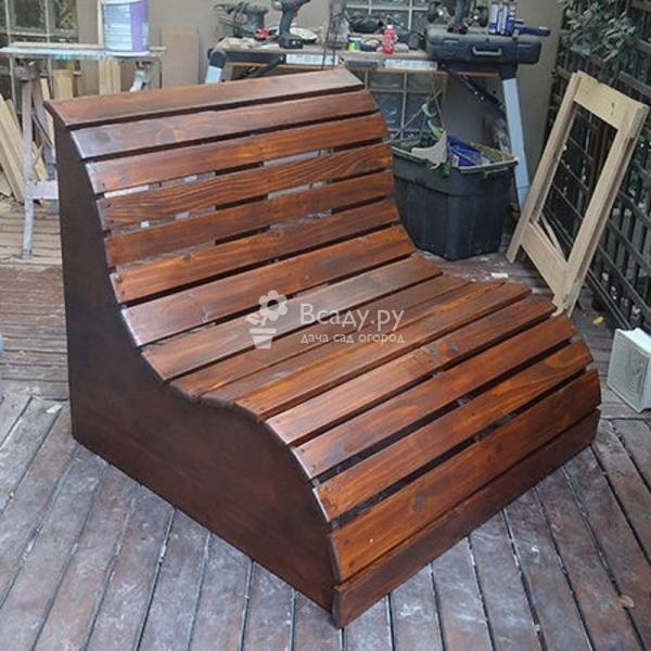 Необычная скамейка-диванчик для дачи
