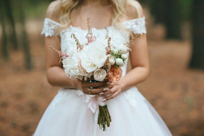 Маленький букет невесты: выбор цветов и идеи оформления на фото