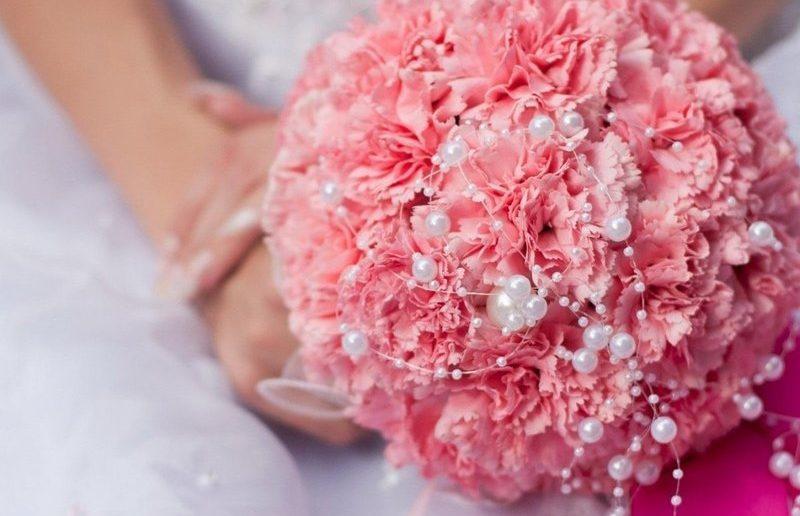 Не розами едиными: букет невесты из гвоздик