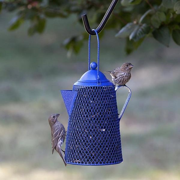 Простые и оригинальные идеи для тех, кто не знает, как сделать кормушку для птиц своими руками из подручных материалов